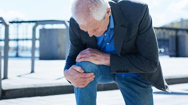歩くと膝が痛い! 変形性膝関節症の症状・原因・治療方法